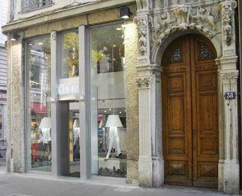 Agencement du magasin de chaussures de luxe Glitter : façade de jour